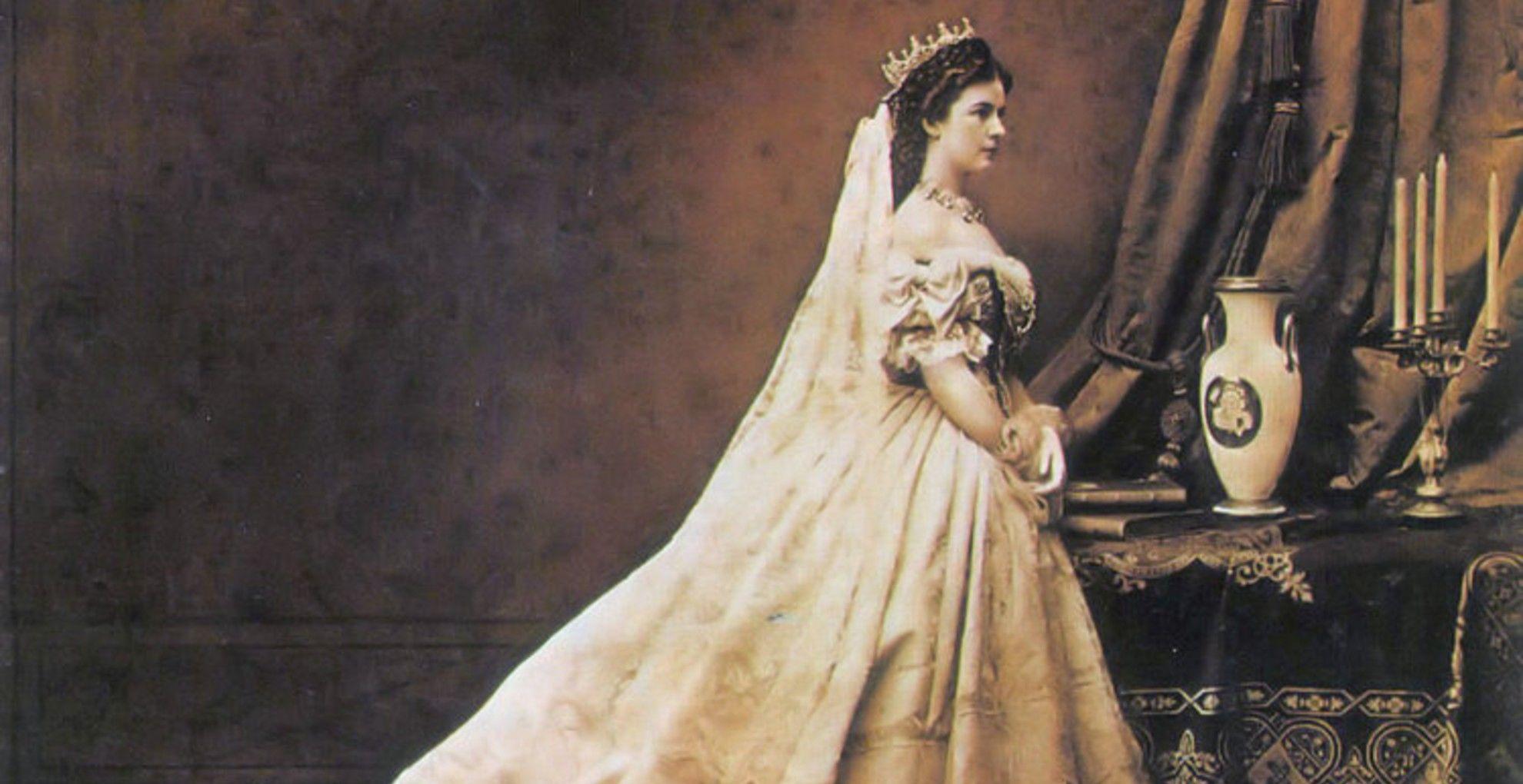 Erzsébet magyar koronázási öltözékében