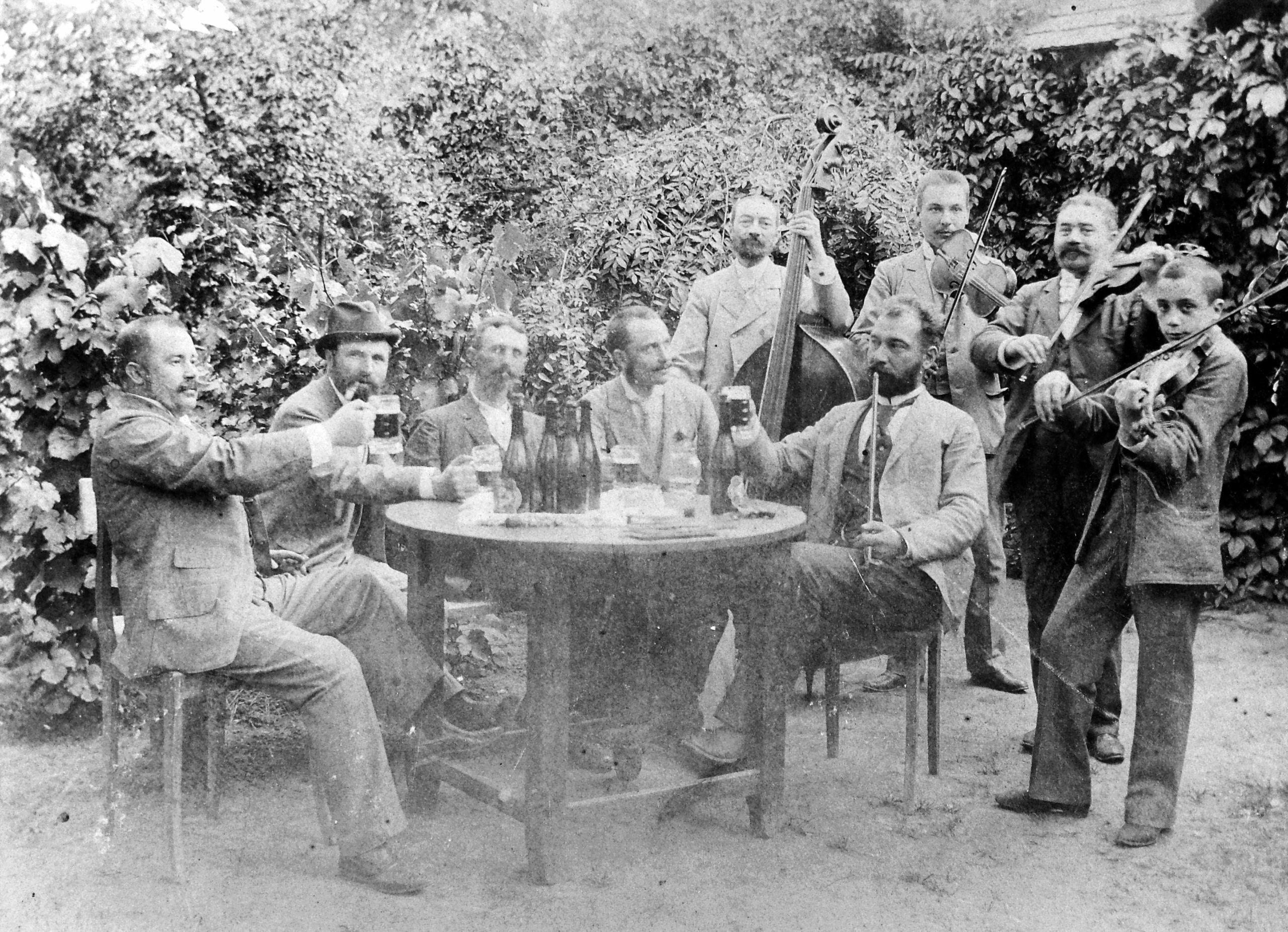 Hatalmas magyar buli a századforduló környékén (fotó: Fortepan)