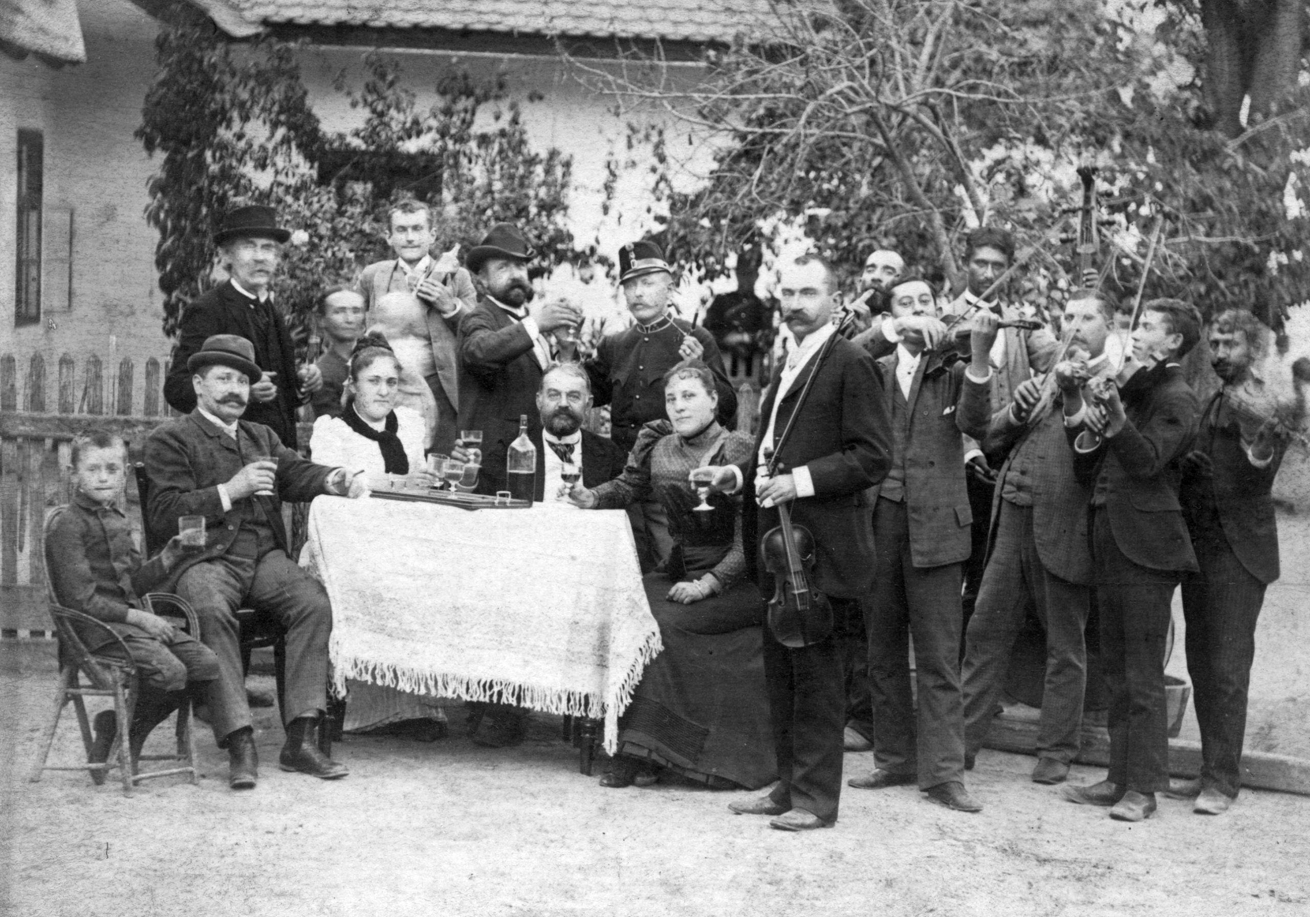 Sírva vagy nem sírva vigadó magyarok (fotó: Fortepan/GGAABBOO)