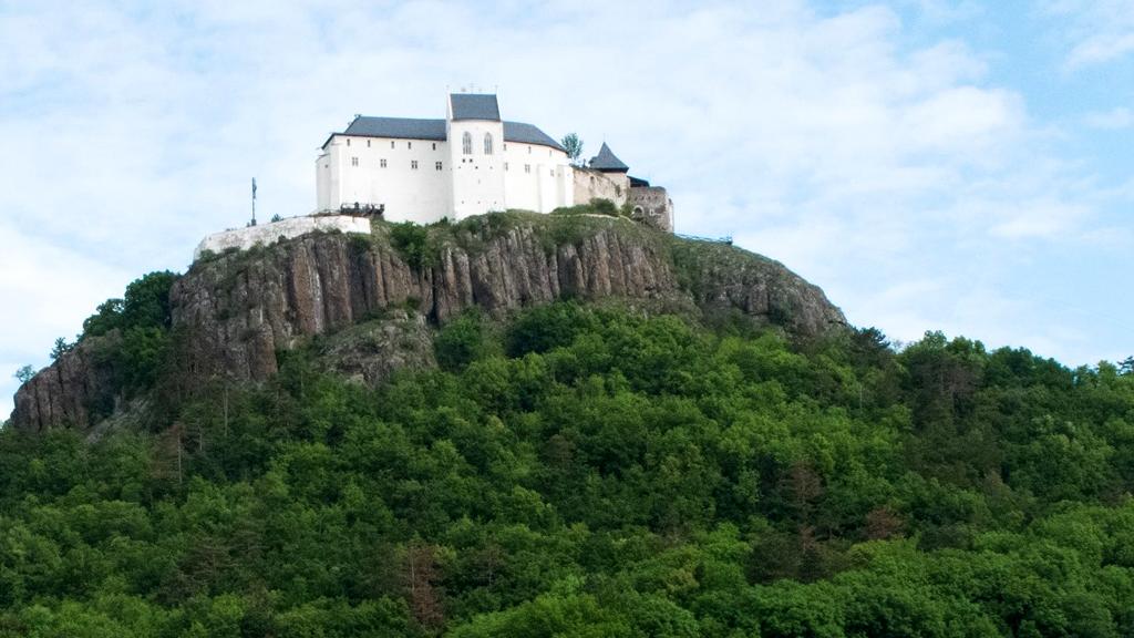 A füzéri várat lentről is érdemes körbejárni (a szerző fotója)