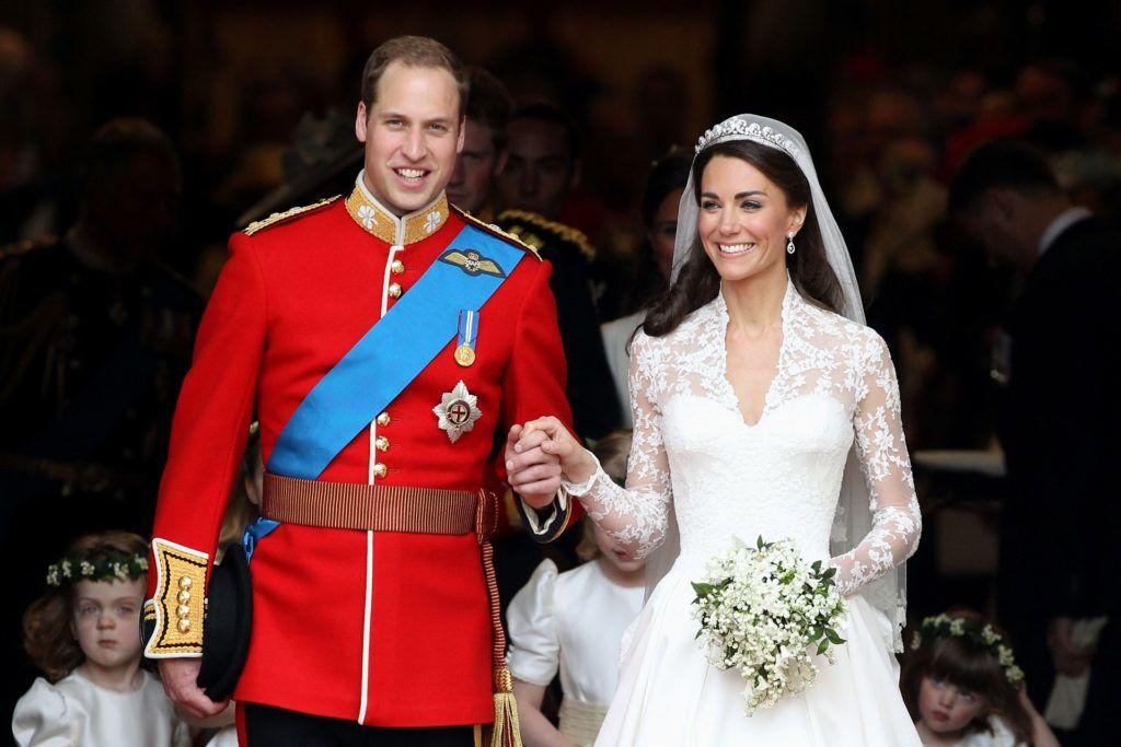 Katalin a fejét díszítő tiarát II. Erzsébet királynőtől kapta