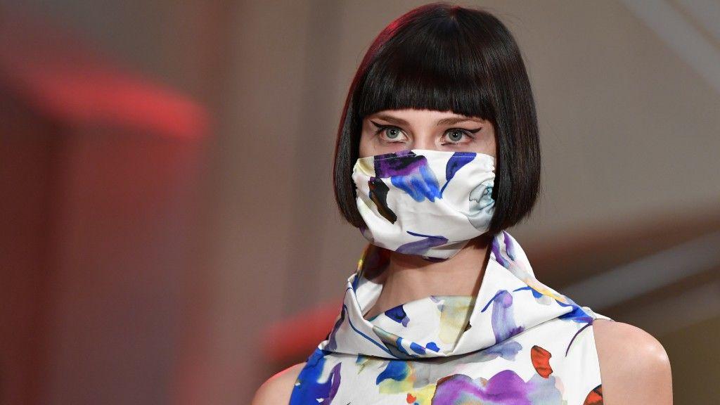 Maszkos modell egy berlini divateseményen 2020 júniusában. Képünk illusztráció (fotó: Jens Kalaene/picture alliance via Getty Images)