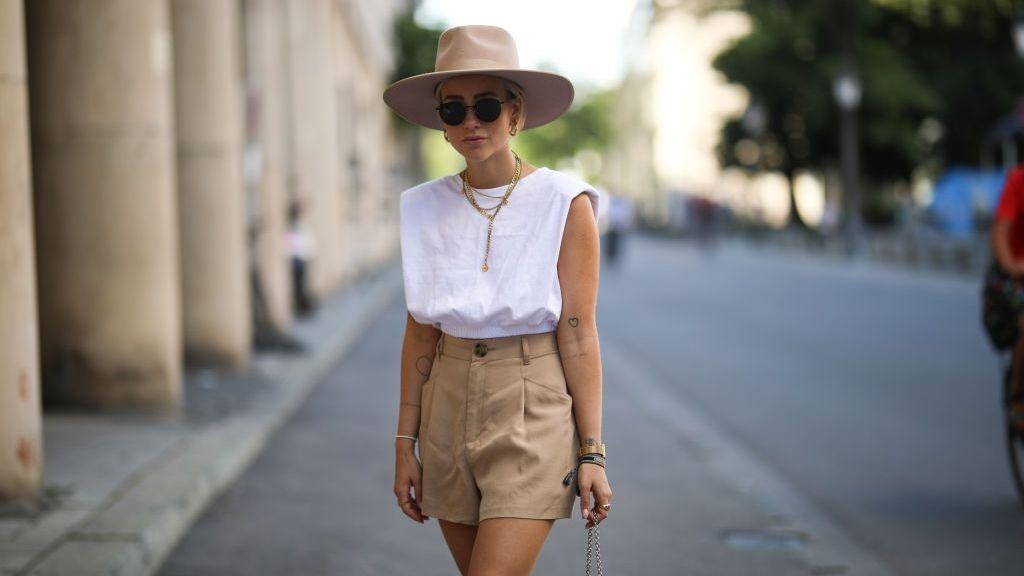 A válltöméses póló a nyár trendje