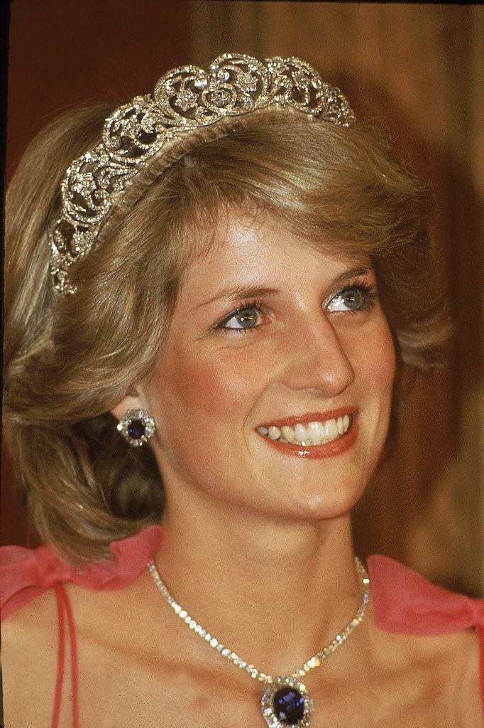 Diana a Spencer családi tiarát zafír és gyémánt ékszerekkel egészítette ki, melyeket a szaúdi koronahercegtől kapott ajándékba. A kép egy ausztrál fogadáson készült 1983-ban.