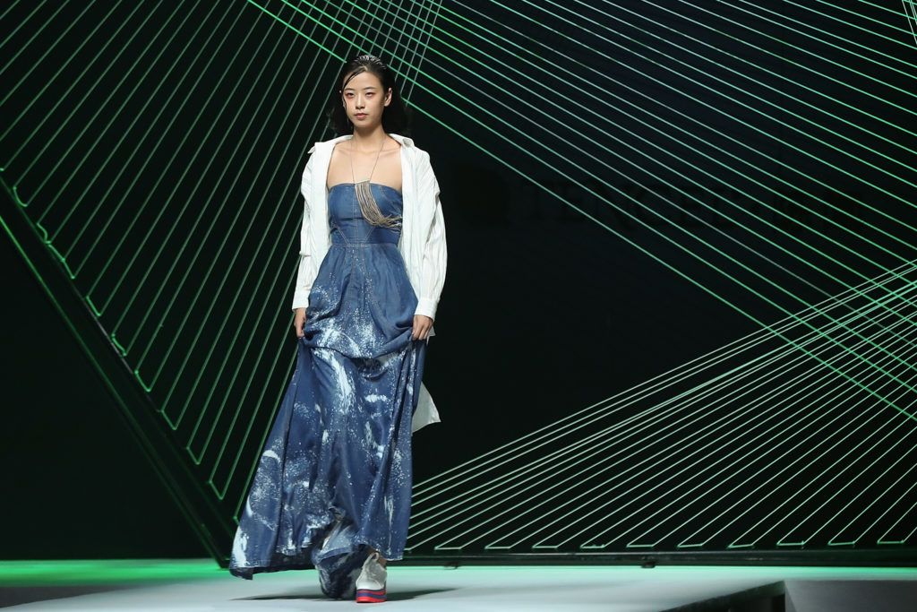 A Tencel kollekció egyik modellje a 2018-as kínai divathéten
