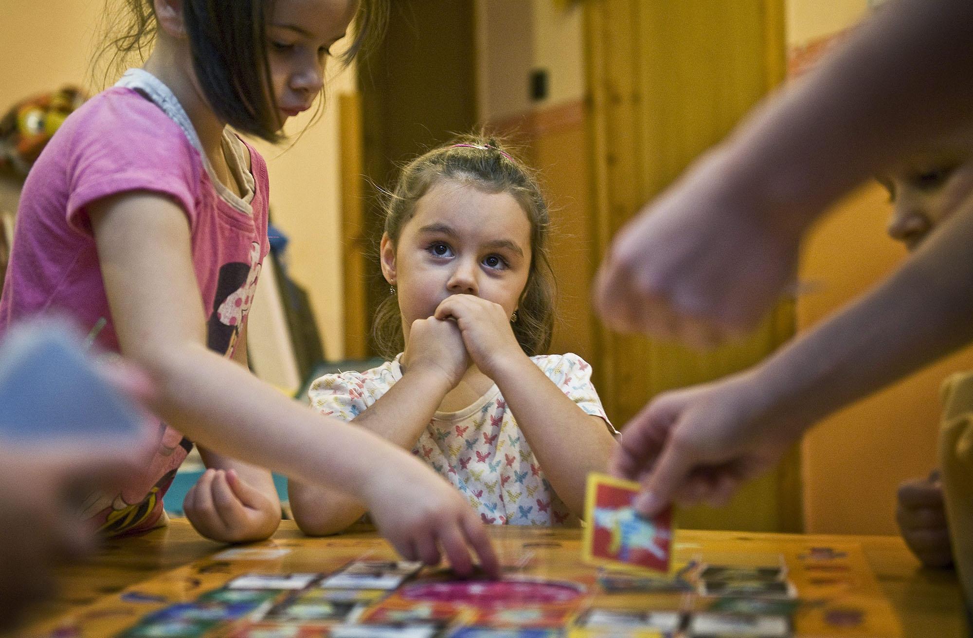 Gyerekek társasjátékoznak az SOS Gyermekfalu Magyarországi Alapítványának kecskeméti gyermekfalujában (fotó: MTI/Ujvári Sándor)