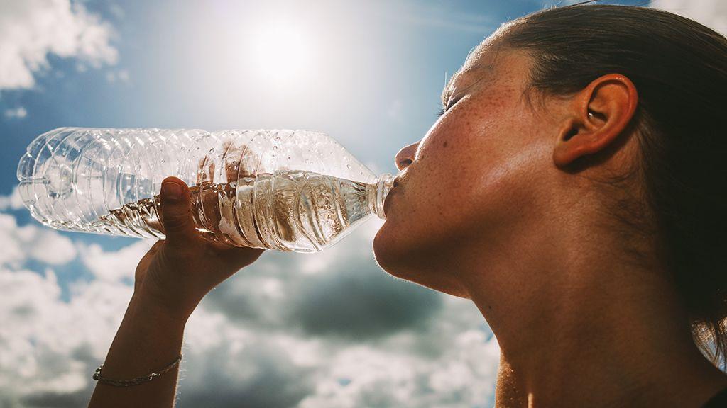 A megfelelő folyadékpótlás fontos, bőrünk azonban ettől még nem lesz hidratáltabb.