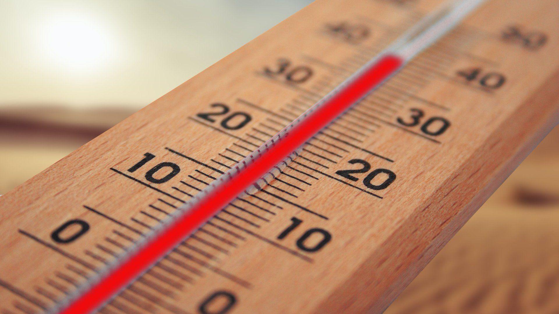 Magas hőmérsékletet mutat a hőmérő a kánikulában