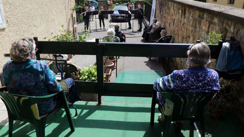 Koncert az idősek otthona előtt