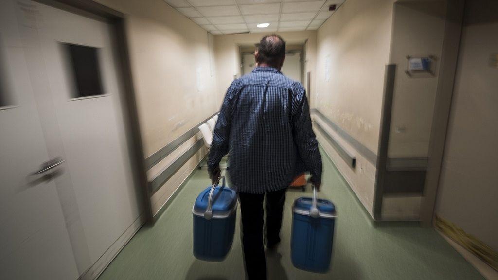 Szívkivételhez sietnek egy fővárosi kórházban 2018. április 5-én - Fotó: MTI/Mónus Márton