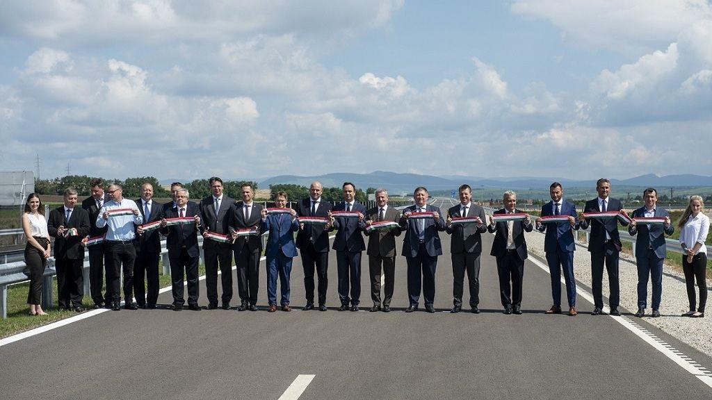 Az M3-as autópályával összekötő M25-ös gyorsforgalmi út átadóünnepségén Maklár közelében 2020. július 20-án. MTI/Komka Péter