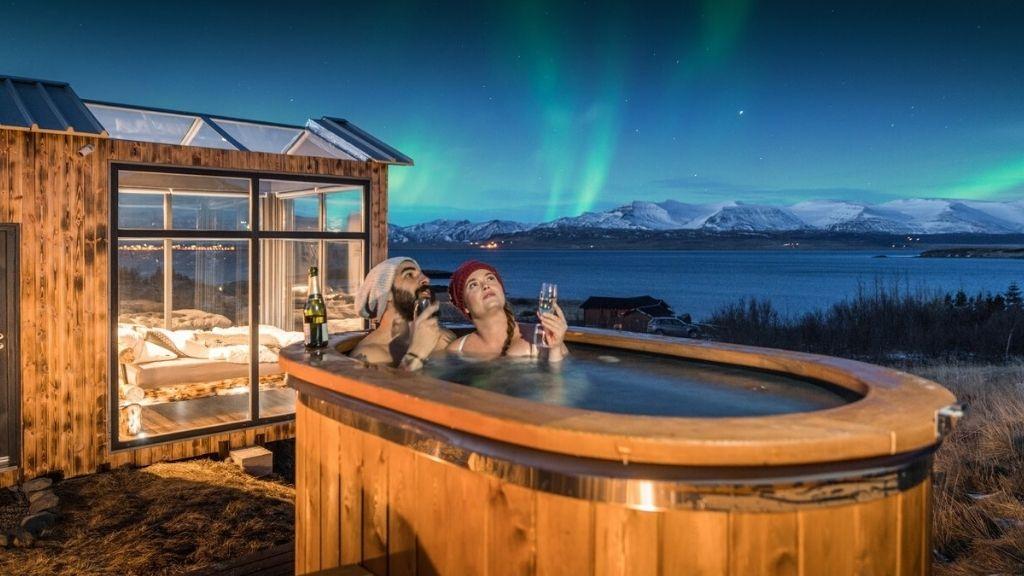 Északi fény csodáló medence, és nyitott tetejű faház Izlandon - Fotó: Profimedia