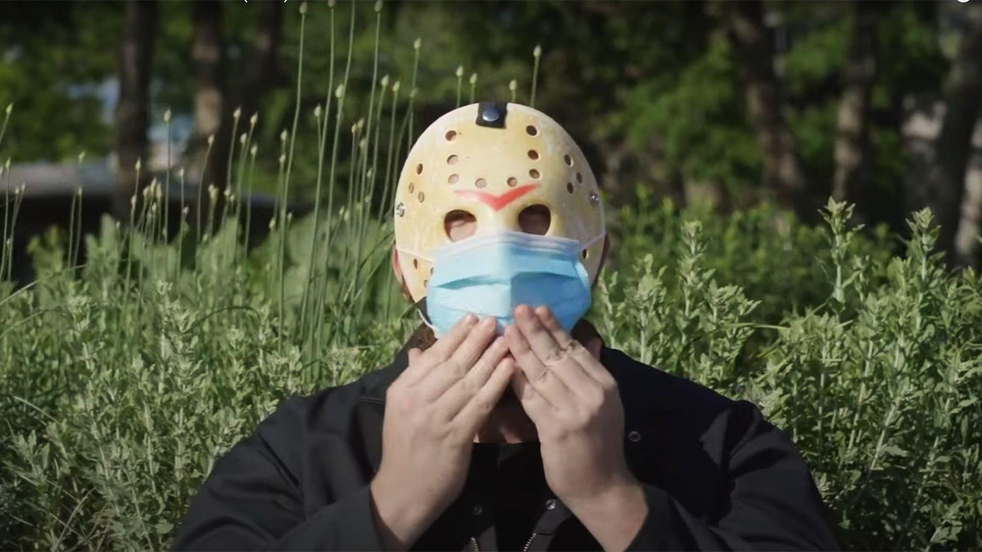 A Péntek 13 horror-ikonja kampányol a helyes maszkviselésért