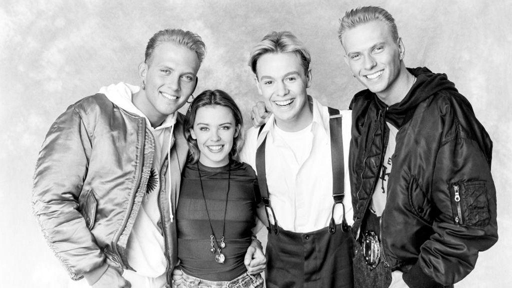 Kylie Minogue, Jason Donovan, és a Bros ikrek, Matt és Luke Goss egy 1989-es fotón (Getty Images)
