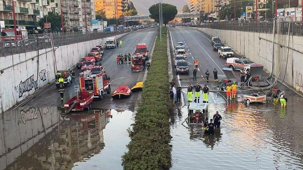 Elárasztotta az esővíz Palermo mélyebb fekvésű részeit (fotó: MTI/EPA/ANSA/Ignazio Marchese)