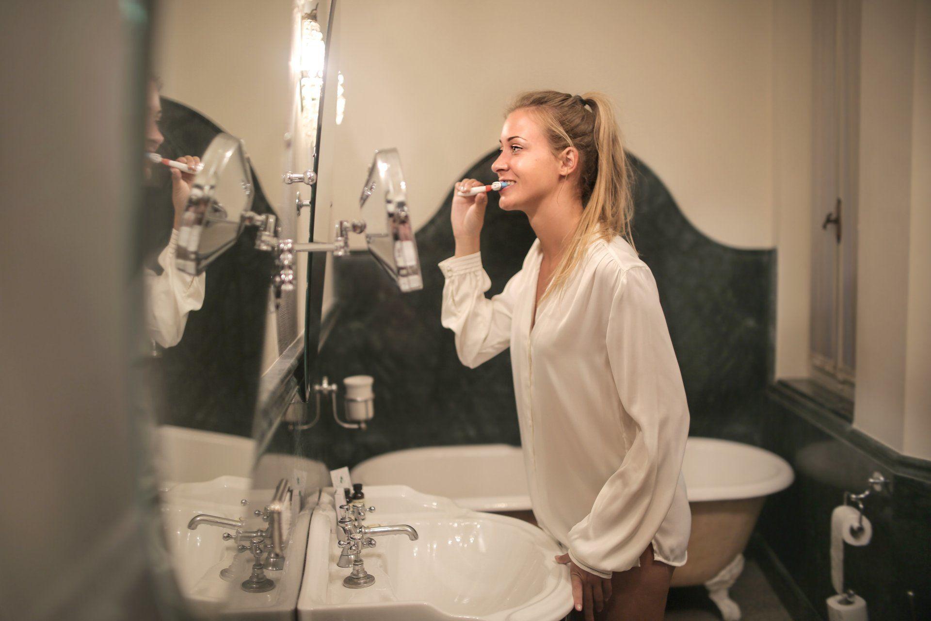 Fiatal nő fogat mos