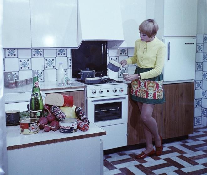 Ott figyel a pulton a Luncheon Meat konzerv, aki főz: Schmidt Bea manöken (Kép: Fortepan/Bauer Sándor)