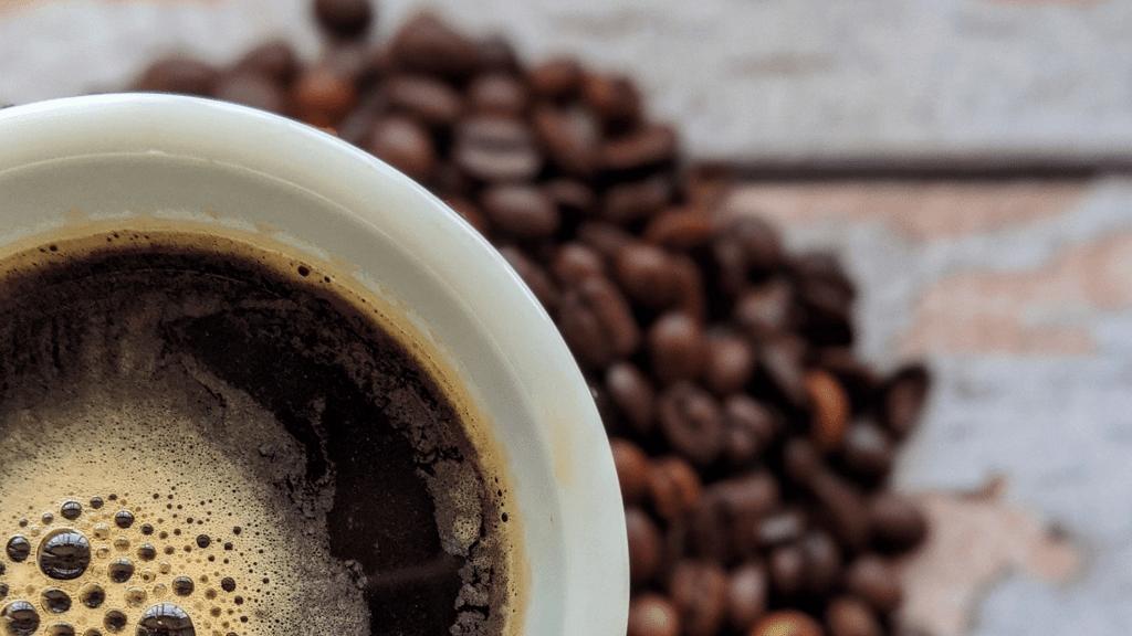 Belehalt a túl sok koffein fogyasztásába a férfi.