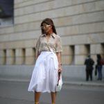 lenvászon blúz és fehér szoknya street style