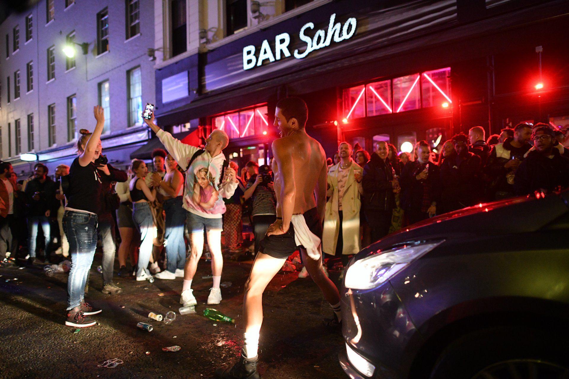 Bulizók a londoni Sohóban a karantén feloldása után