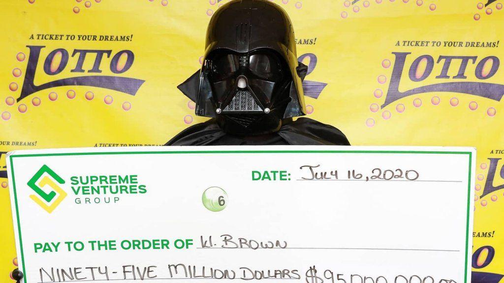 Lottónyertes Darth Vader jelmezben