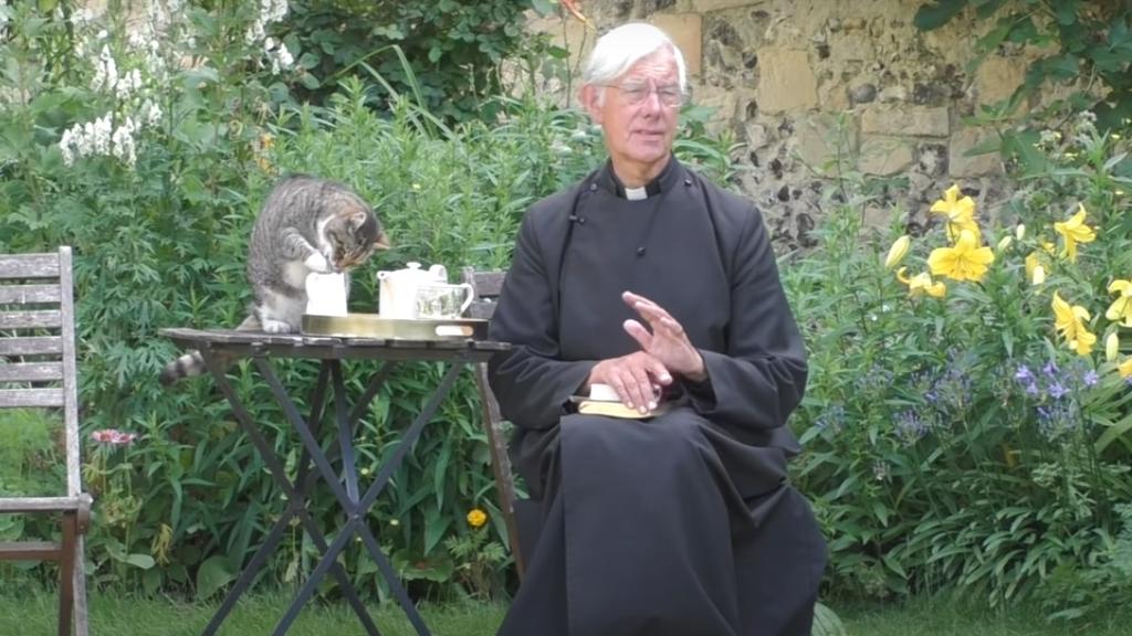 Tejet lopott prédikálás közben a macska