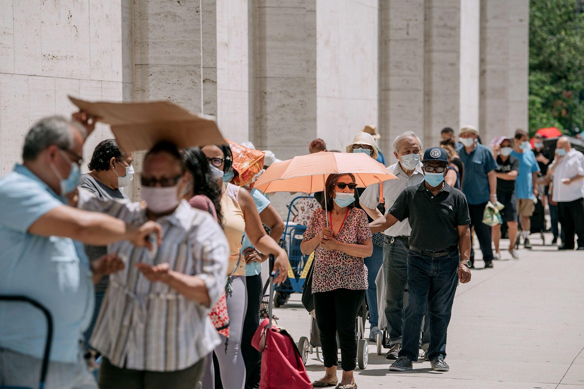 Segélycsomagokért állnak sorba New Yorkban (fotó: Scott Heins/Getty Images)