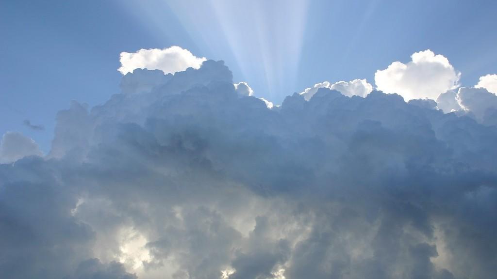 Felhő mögül kilátszó napsugarak