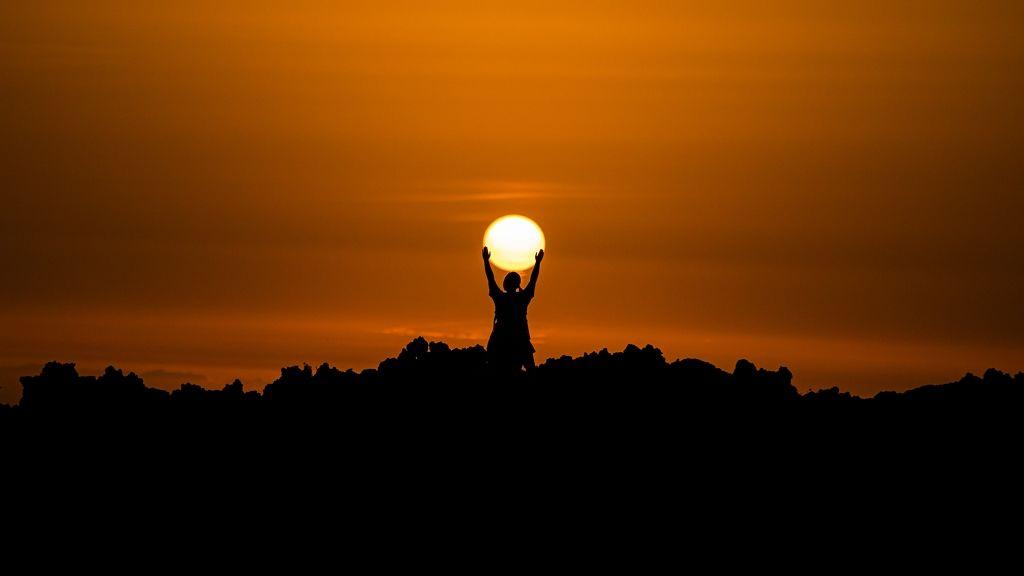 Napsütéssel búcsúzik a július