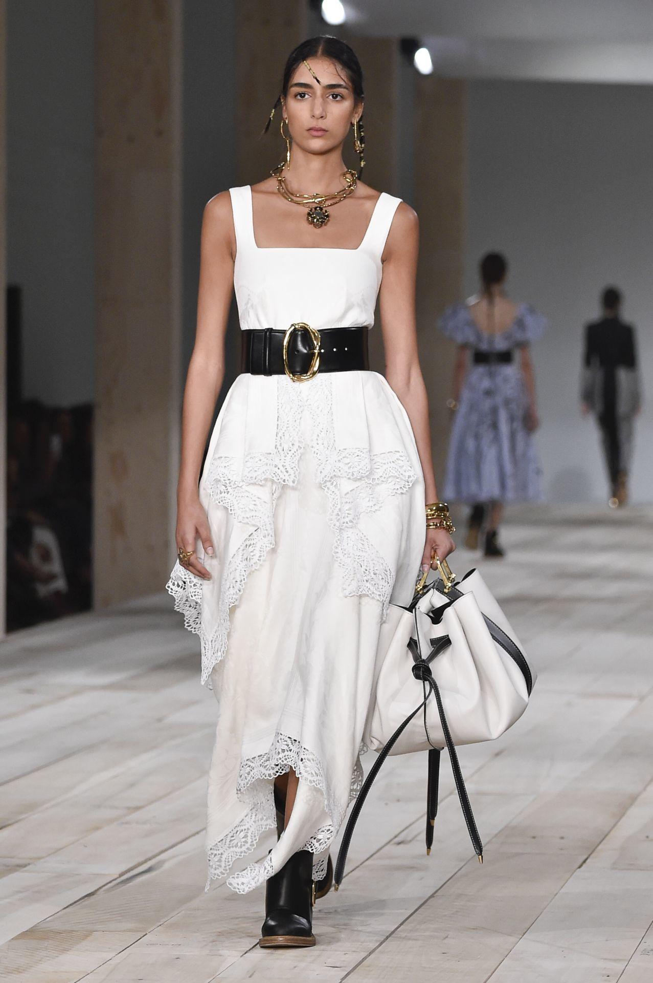 Vastag bőrövvel kombinált fehér ruha - Alexander McQueen