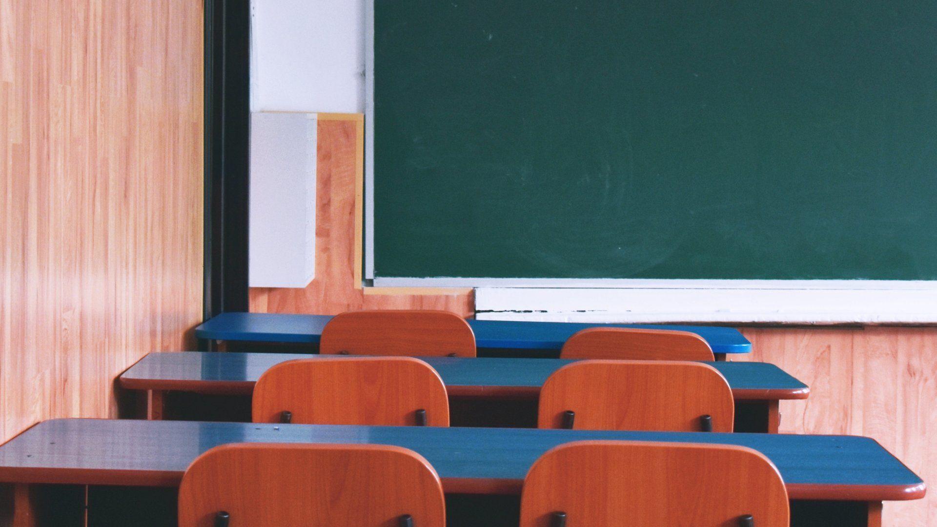 Üres osztályterem egy iskolában
