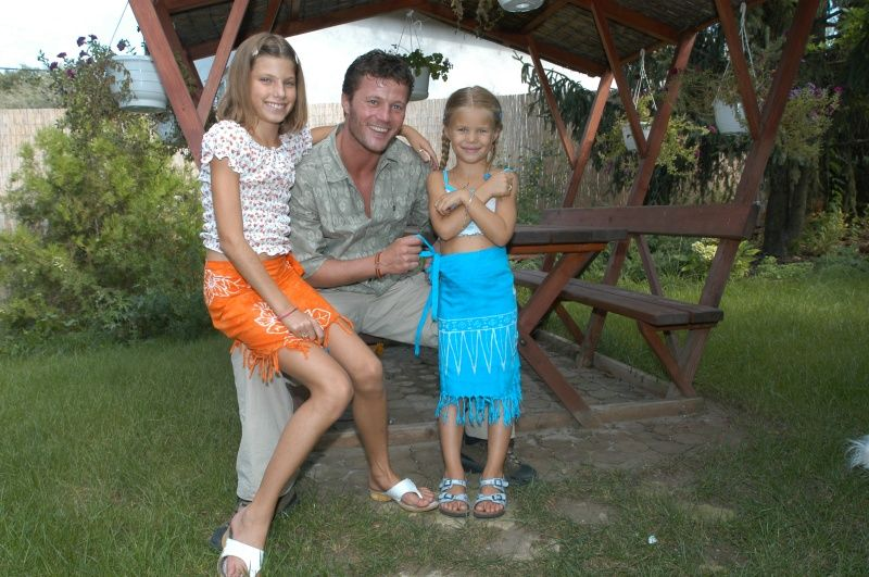 Stohl András Lucával és Rebekával a kertben 2003-ban