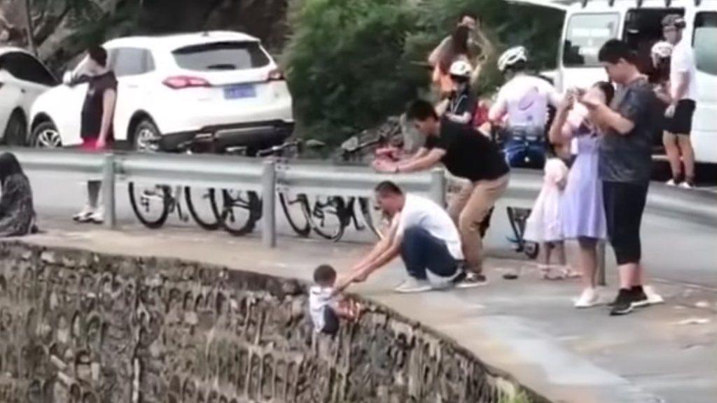Szakadék fölé lógatnak egy kisfiút Kínában