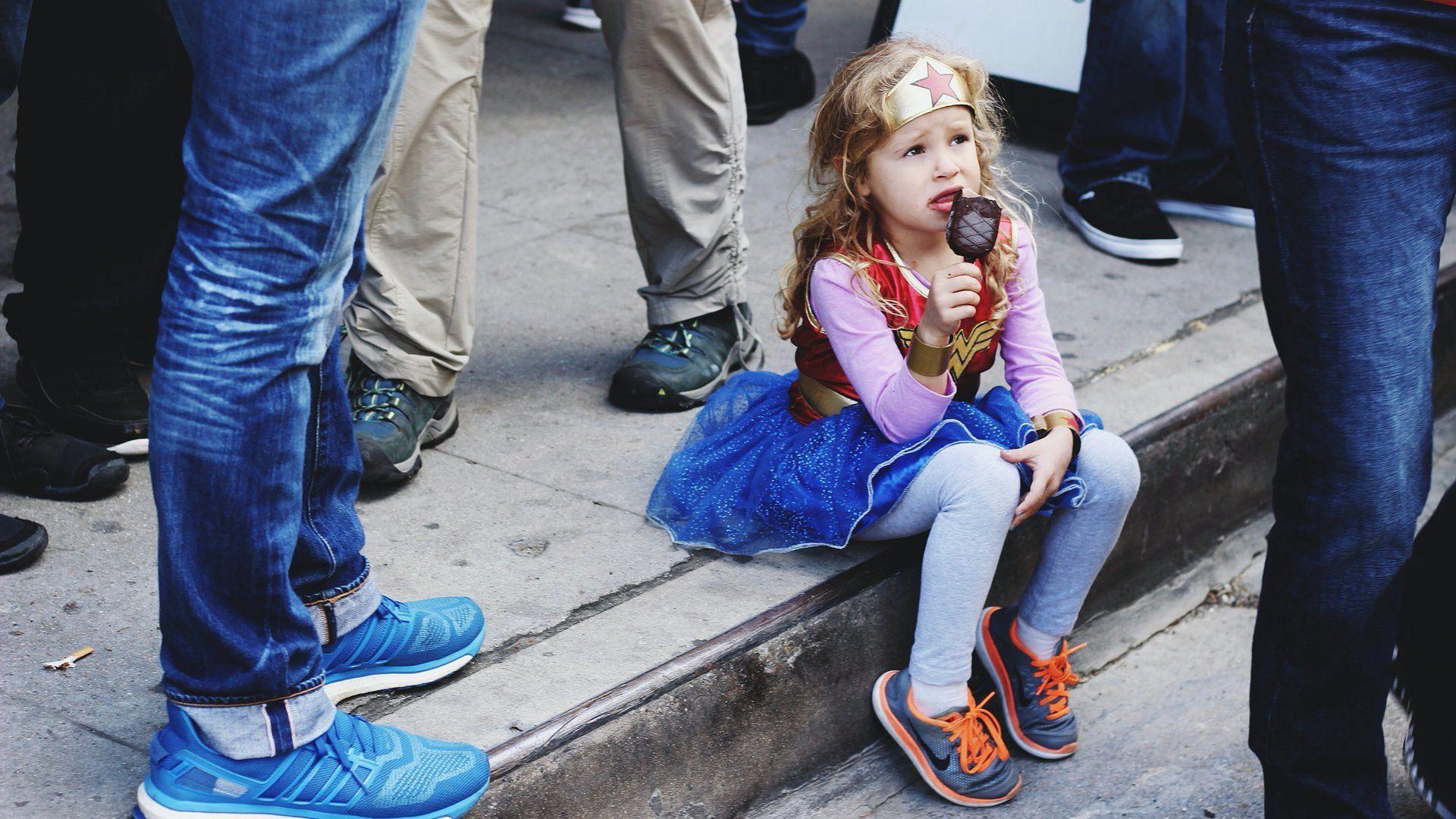 Kislány Wonder woman jelmezben