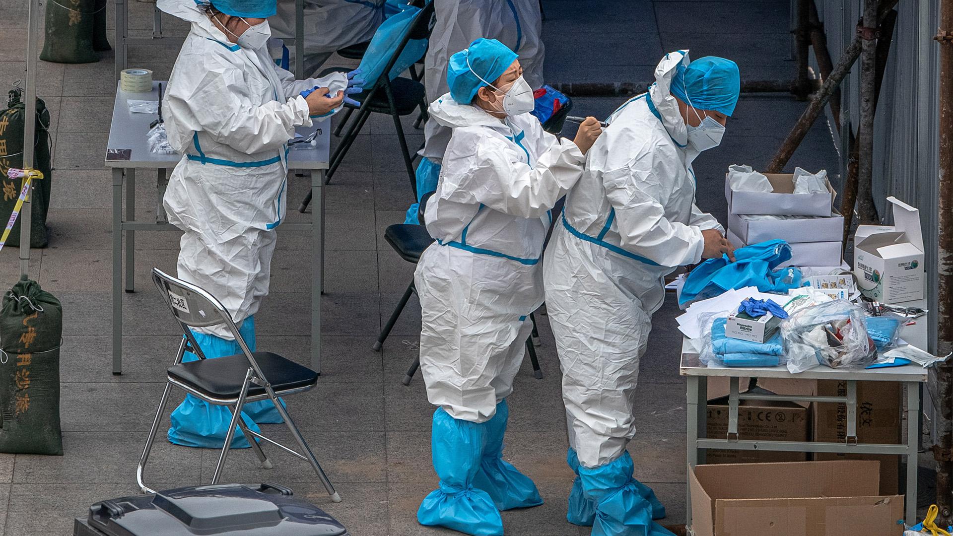 Koronavírus-tesztelésre készülnek (Fotó: MTI/EPA/Roman Pilipej)