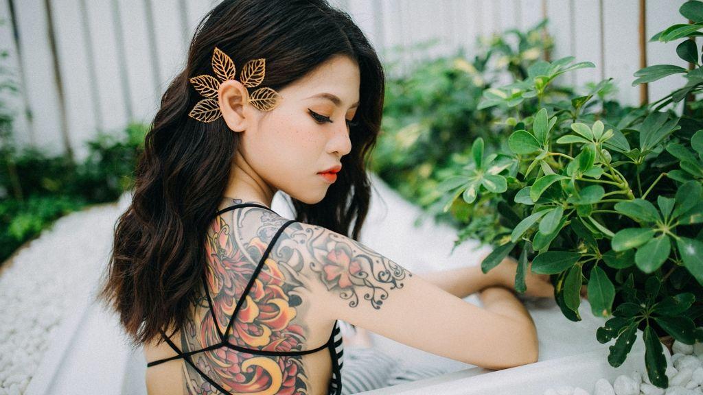 Hegeket fed el tetoválásaival a vietnámi művész.
