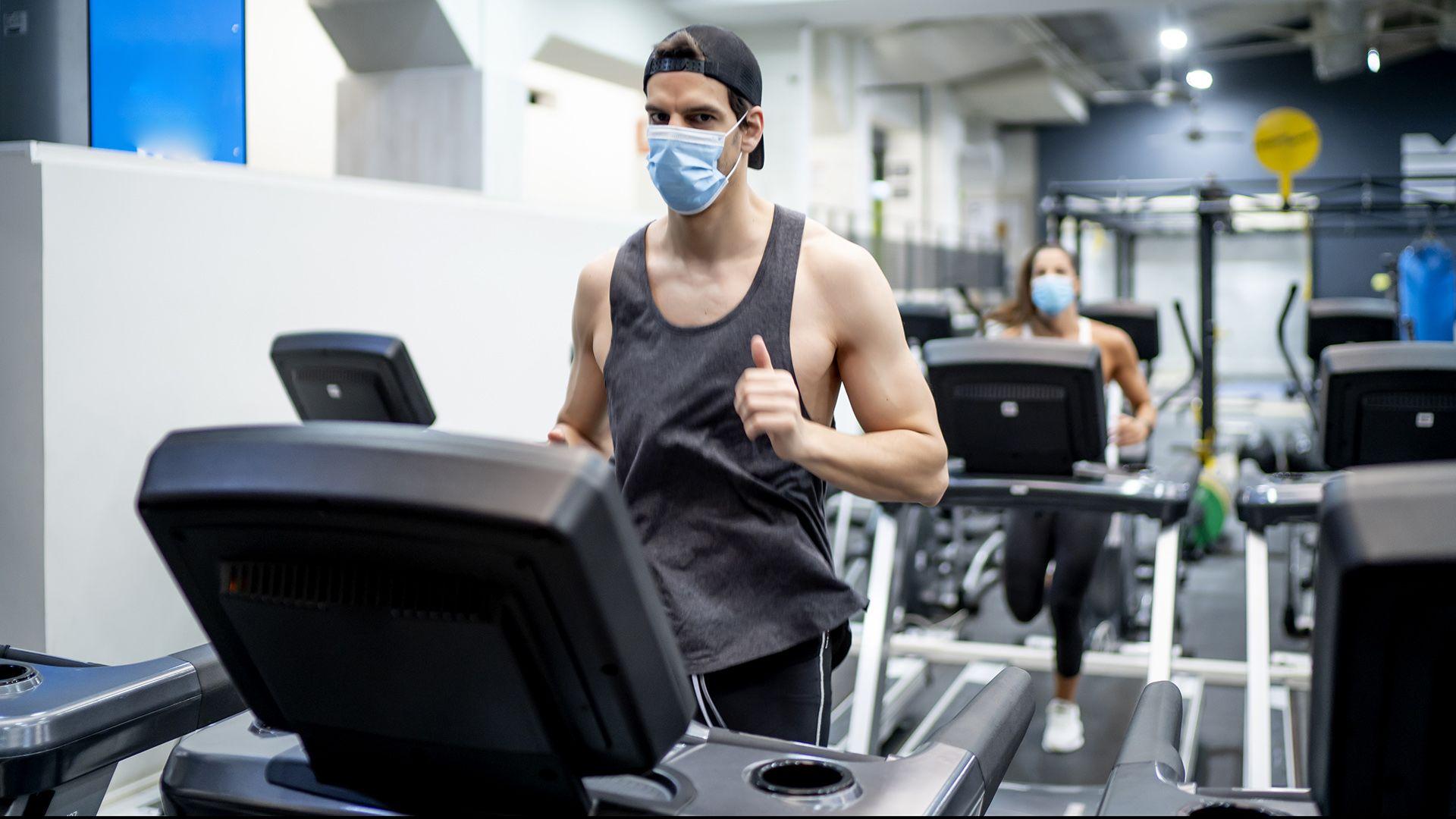 Maszkos futással bizonyítja egy orvos, hogy lehet benne levegőt kapni