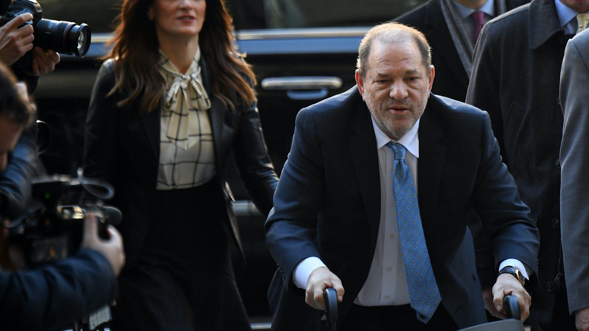 Harvey Weinstein a bíróságra érkezik