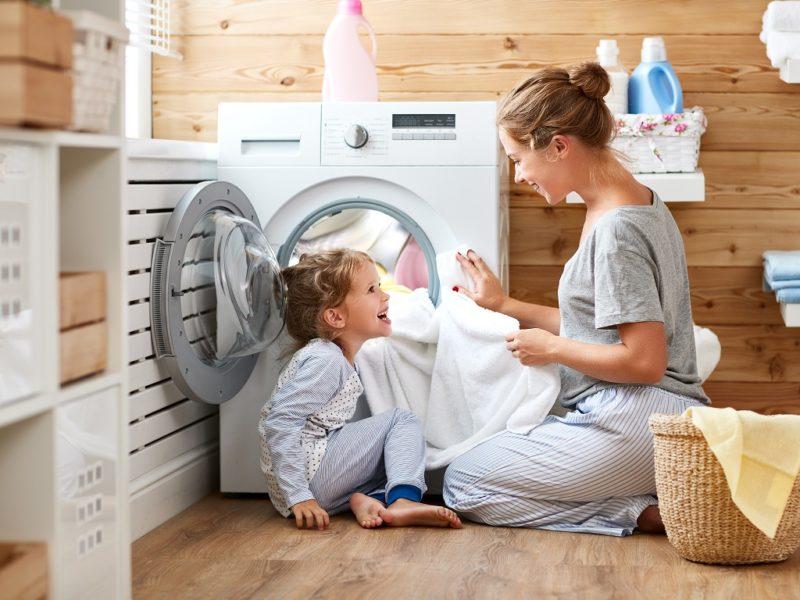 Ezt ne tedd, ha kímélni akarod a ruháidat! A leggyakoribb tévhitek a mosásról (x)