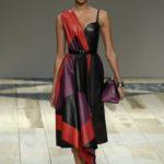 aszimmetrikus bőrruha Alexander McQueen