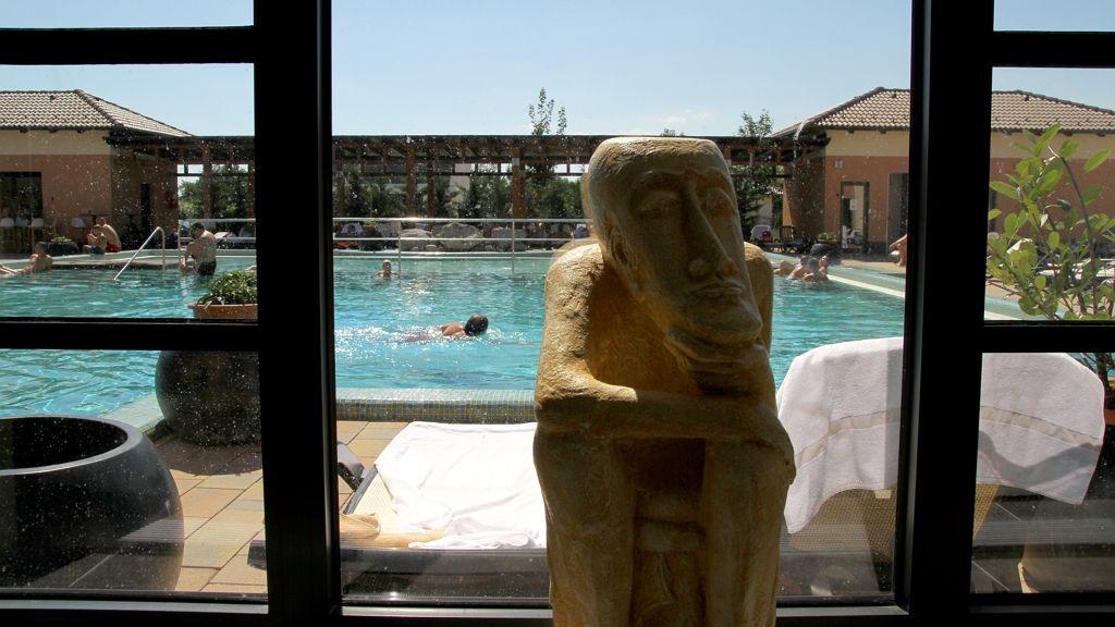 Csobbanás a Caramell Premium Resort kültéri medencéjében Bükfürdőn