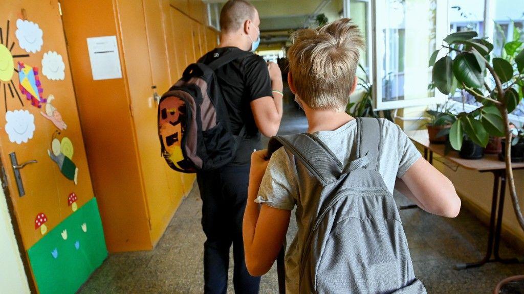 Diákok távoznak, miután átvették tankönyveiket a Gyáli Bartók Béla Általános Iskolában 2020. augusztus 28-án.(Fotó: MTI/Koszticsák Szilárd)