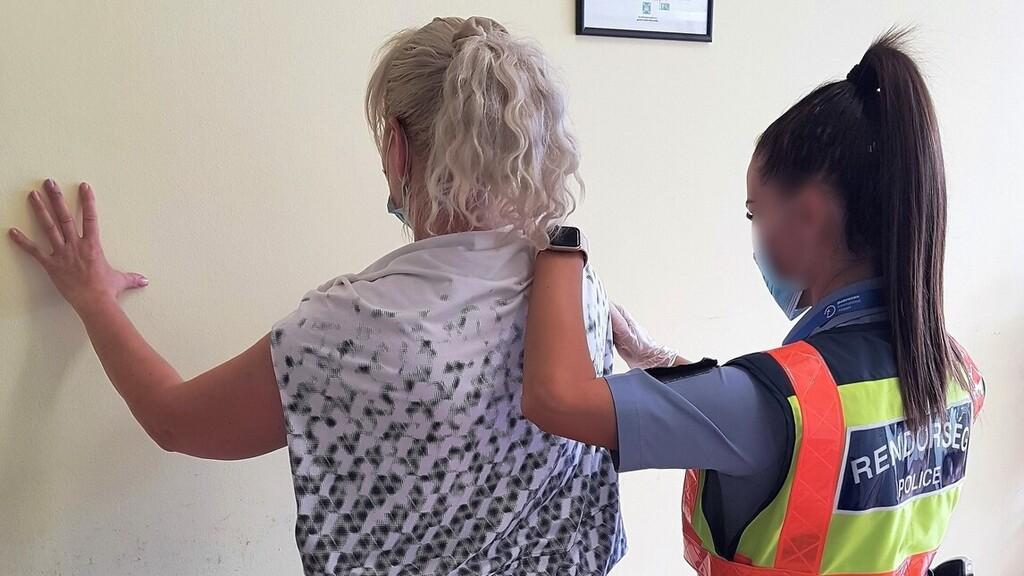 49 éves nő ellen volt elfogatóparancs, a debreceni repülőtéren kapták el