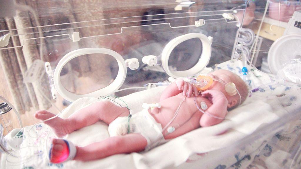 Egy benzinkút mosdójában hagyta az anya az újszülöttet