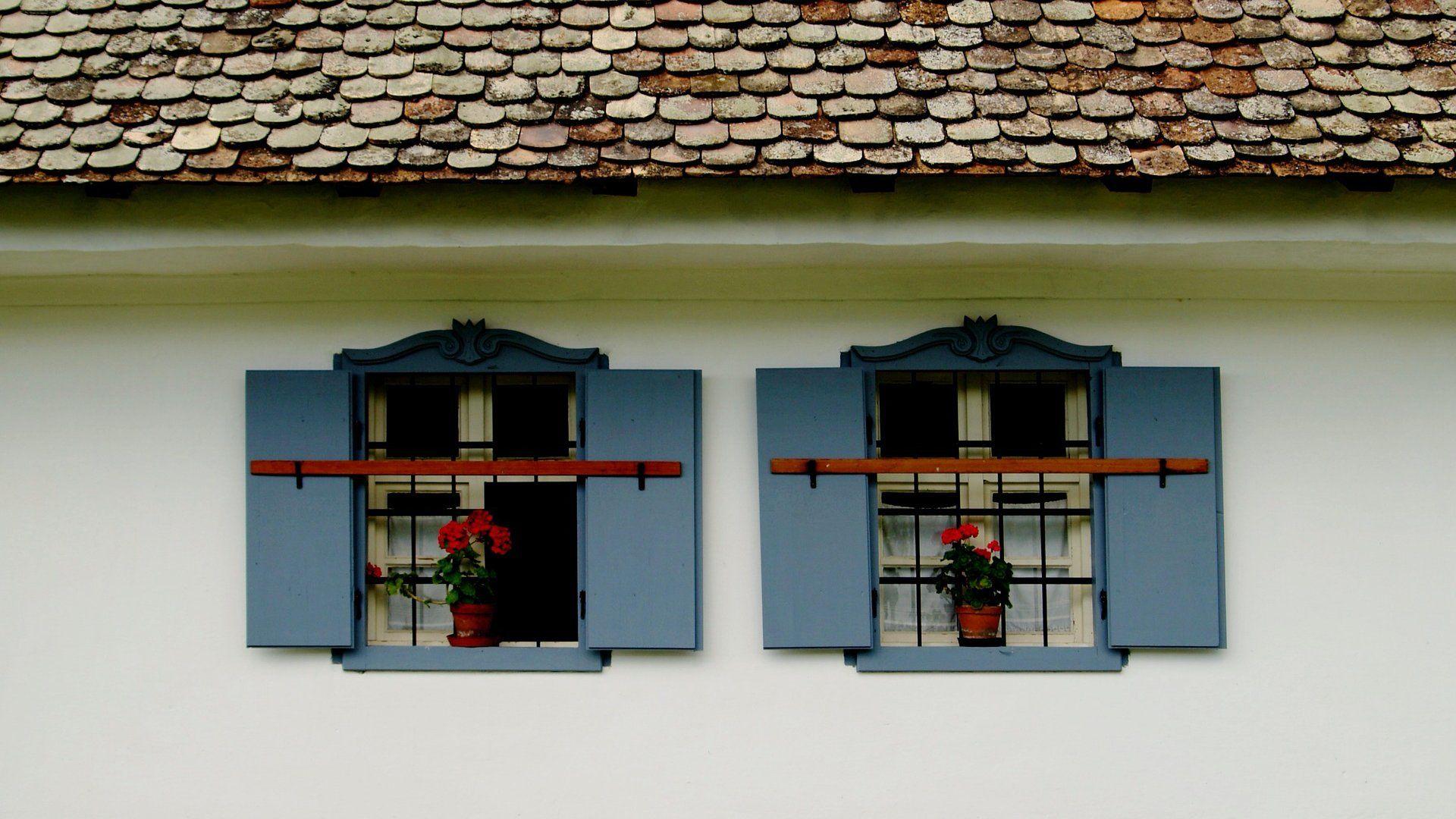 Vidéki ház ablaka muskátlival