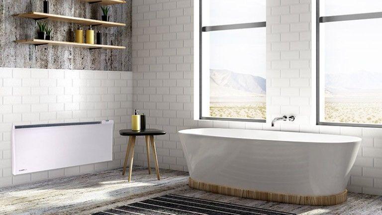 Fényárban úszó fehér fürdőszoba eletromos fűtéssel - teljes a skandináv életérzés (Fotó: Nordart.hu)