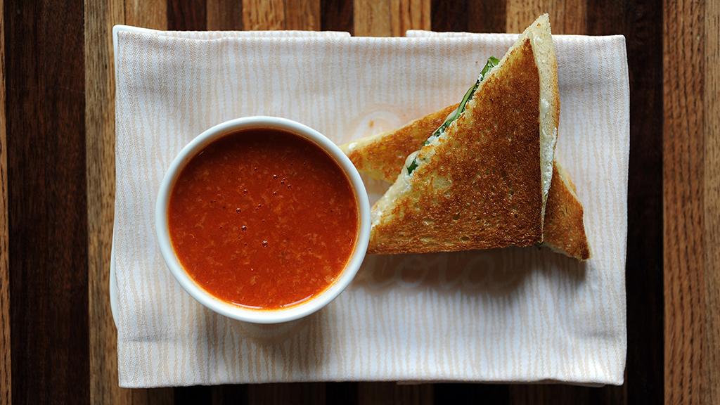 Egy egyszerű, gyors melegszendvics, paradicsomos mártogatóval (Fotó: GettyImages)