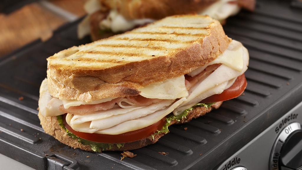 """Egy igazi """"mindent bele szendvics"""" pannini sütőben elkészítve (Fotó: GettyImages)"""