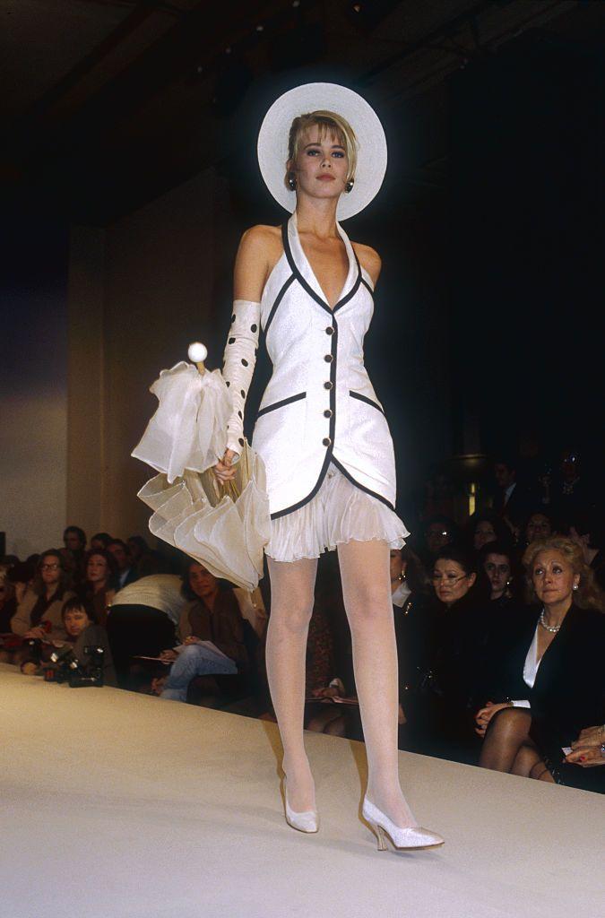 A Chanel 1990-es tavaszi-nyári kollekciójának bemutatóján, a párizsi divathéten