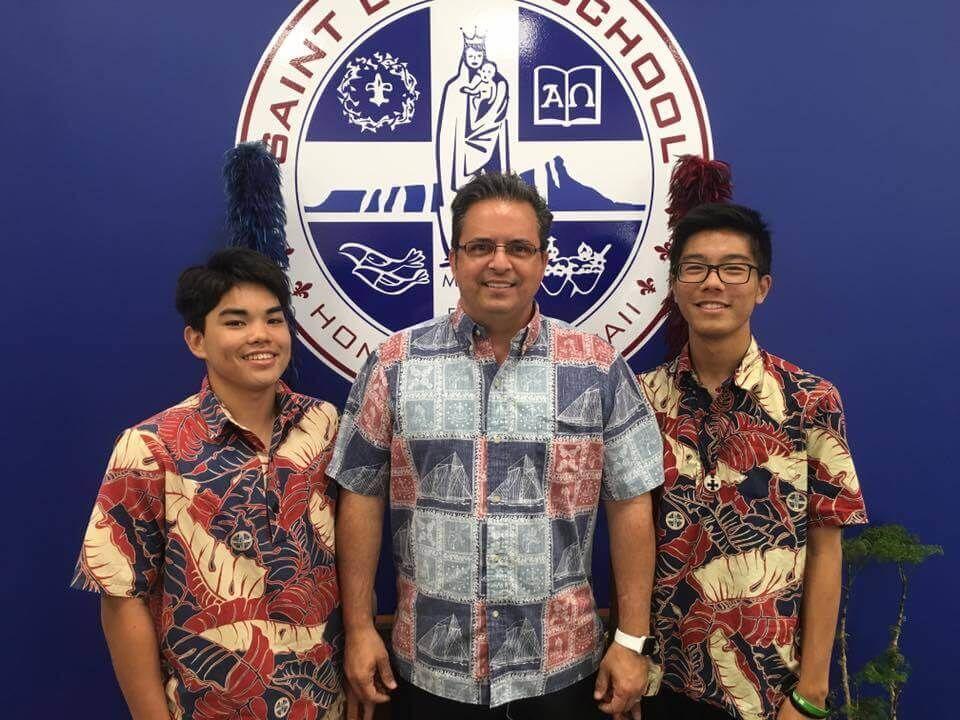 Glenn Madeiros tanítványai körében mosolyog. (Fotó: saintlouishawaii.org)
